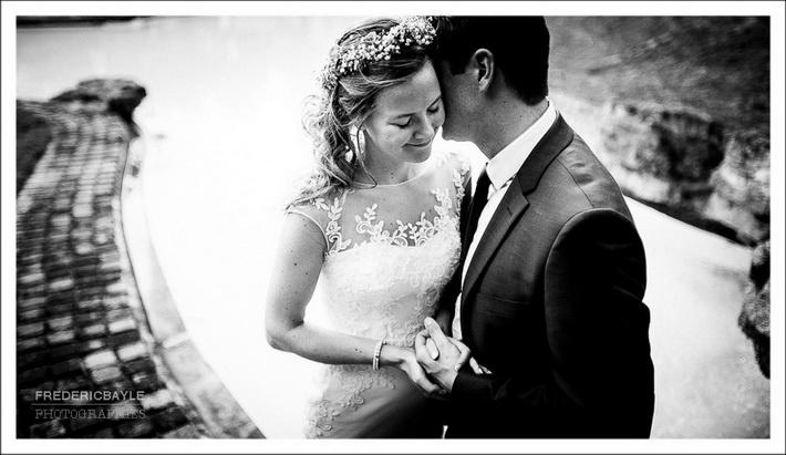 Moment tendre de la mariée avec son mari