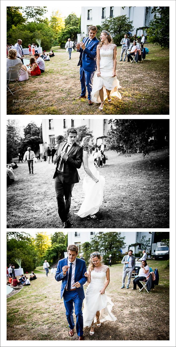 Les mariés se prennent la main et s'embrassent