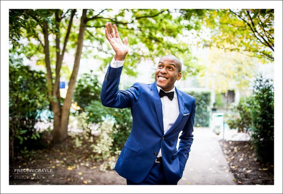 Le futur mari fait signe à la mariée
