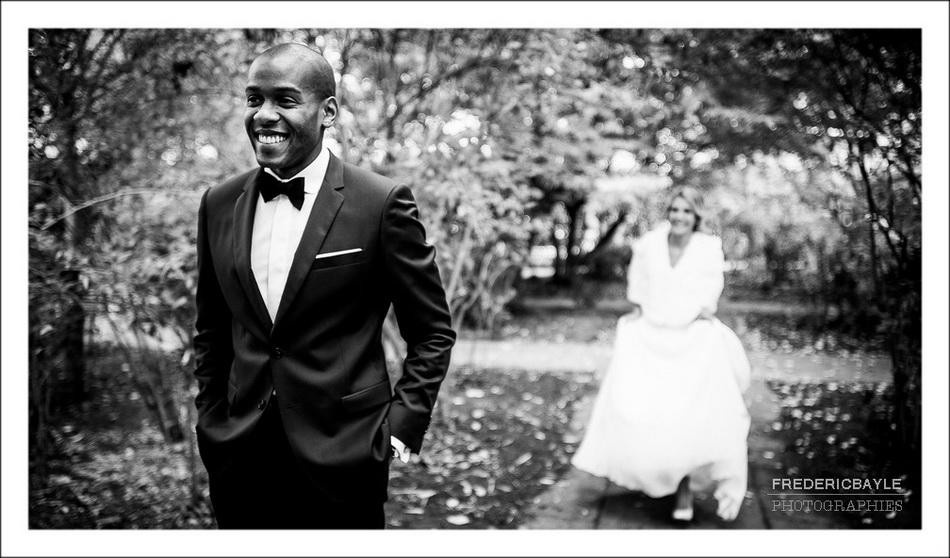 Rencontre des mariés, la mariée arrive en arrière plan