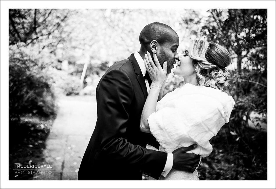 Les mariés s'embrassent avant leur départ pour Montmartre