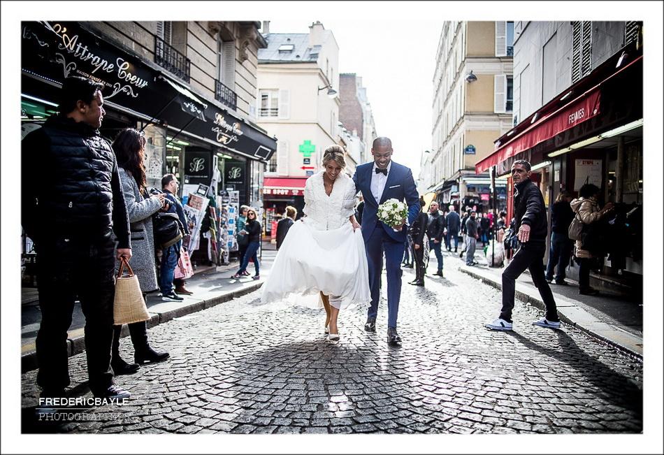 Les mariés marchent dans les rues de Montmartre