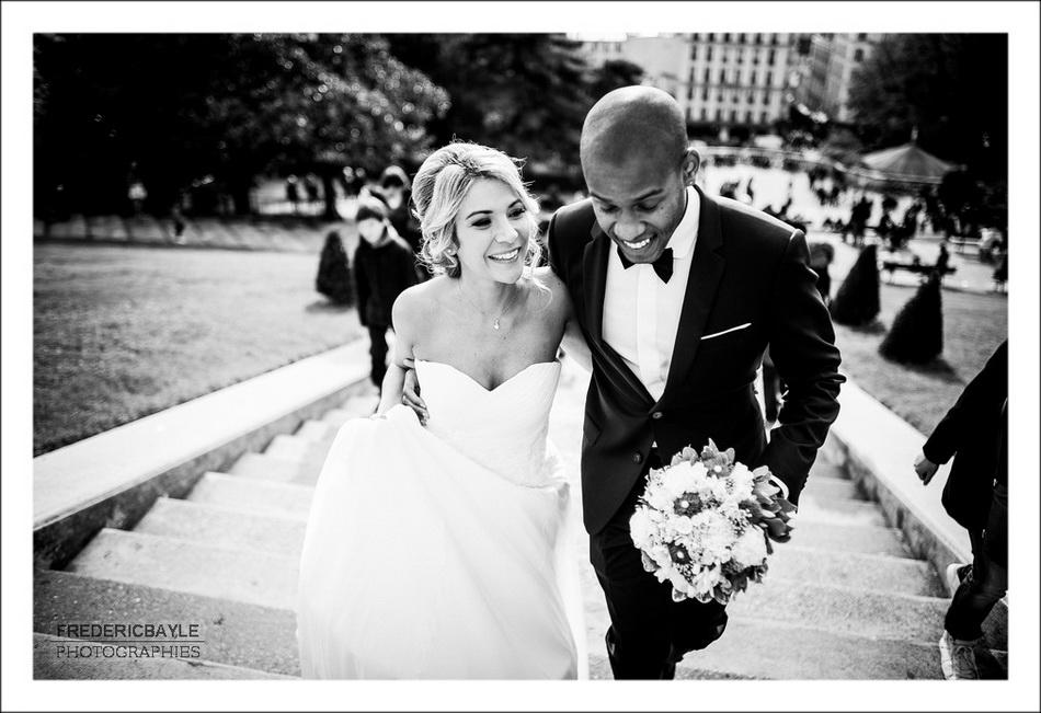Les mariés s'embrassent au pied du Sacré Coeur
