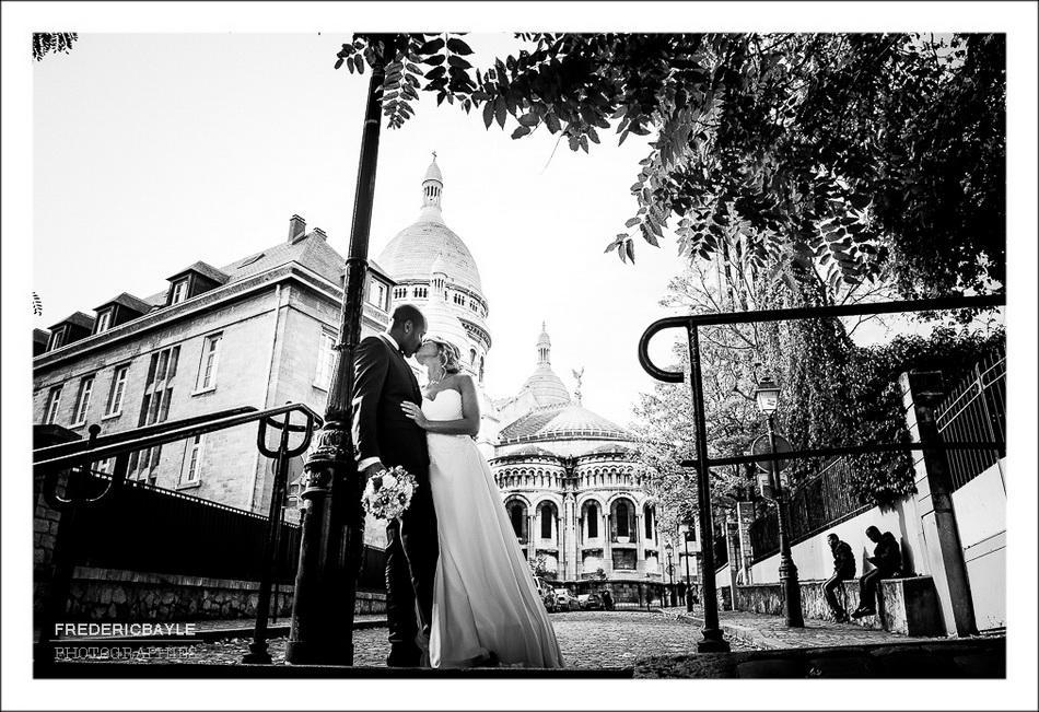 Les mariés marchent dans les rues pavés de Montmartre