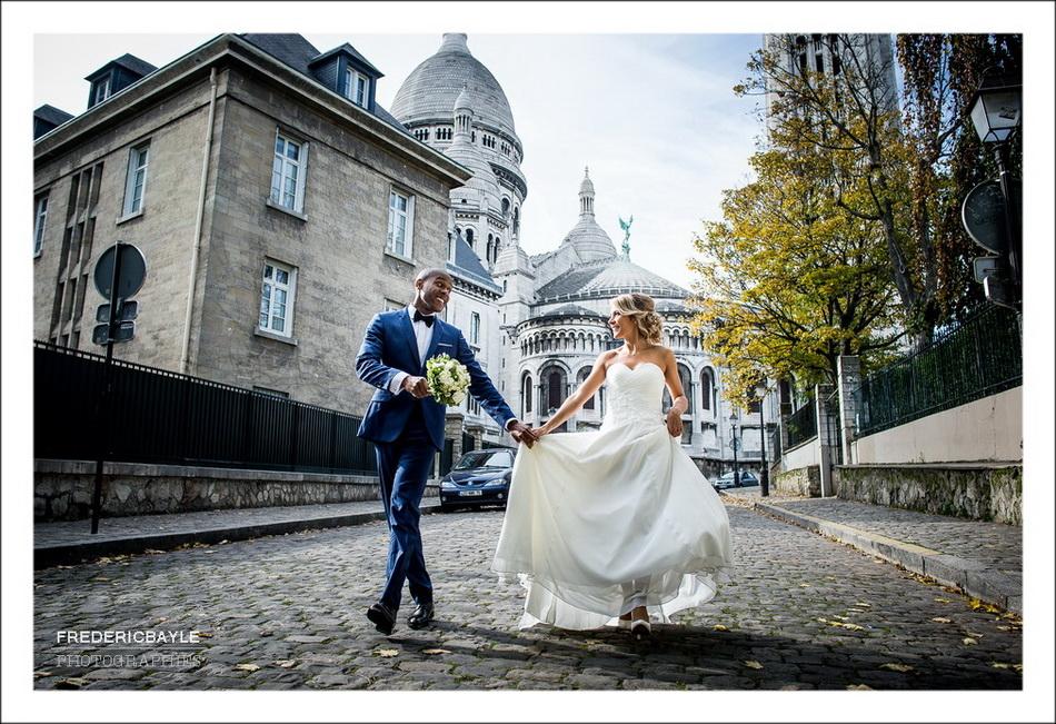 Photo romantique des mariés s'embrassant avec le Sacré Coeur en arrière plan