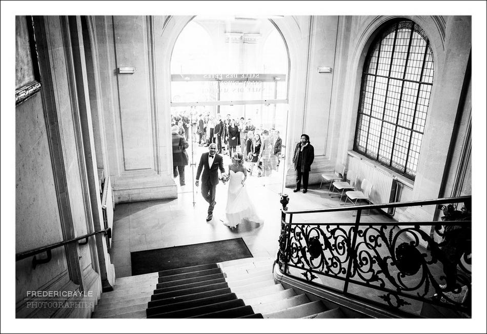 Les mariés montent les marches de la mairie de Paris