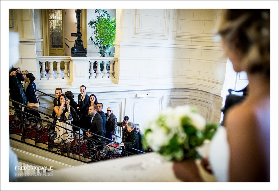 La mariée fait signe à ses invités