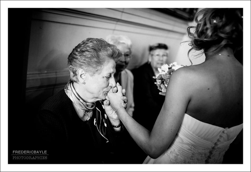 La mariée embrasse sa grand-mère