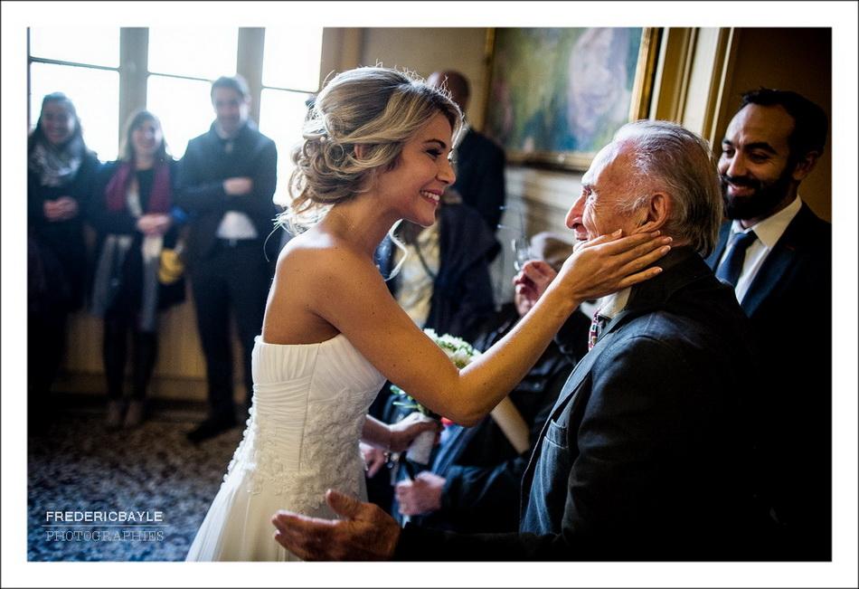 La mariée fait une caresse à son grand-père avant la cérémonie civile du mariage