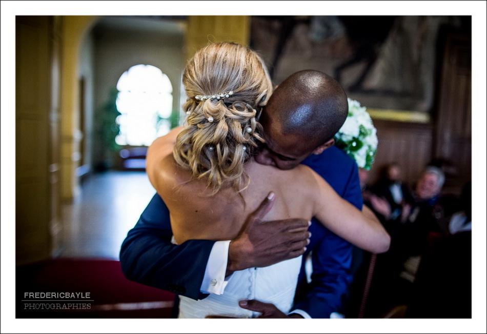Les mariés s'embrassent à la fin de la cérémonie civile