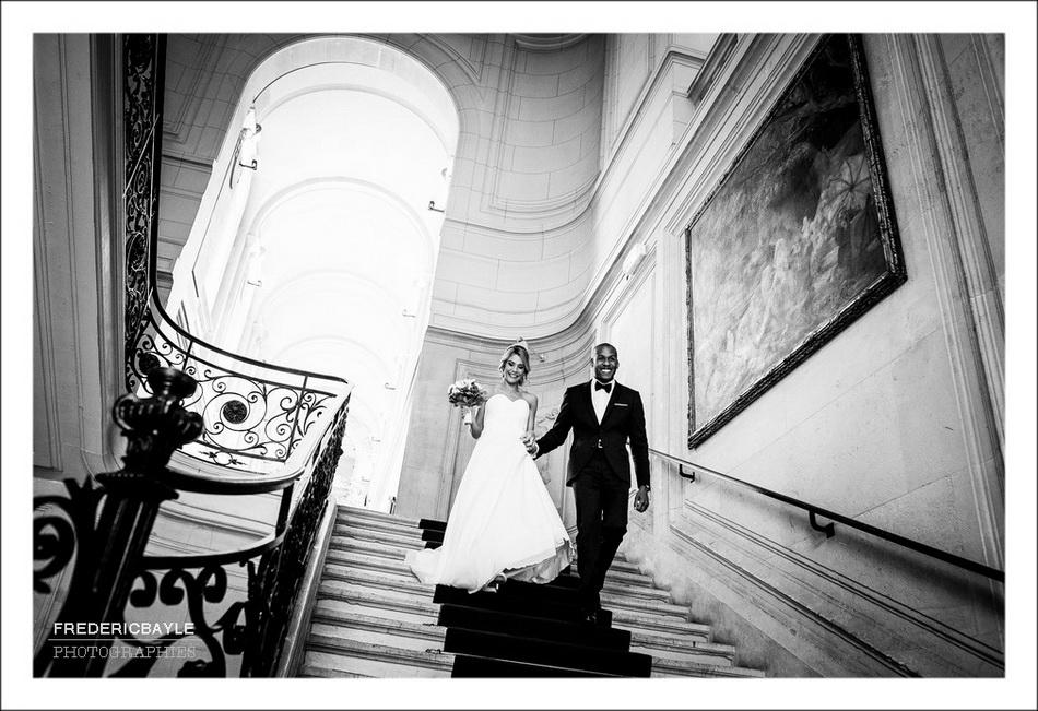 Descente des escaliers des mariés après la cérémonie