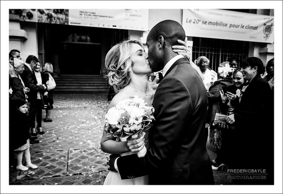 Plan rapproché des mariés s'embrassant devant la mairie