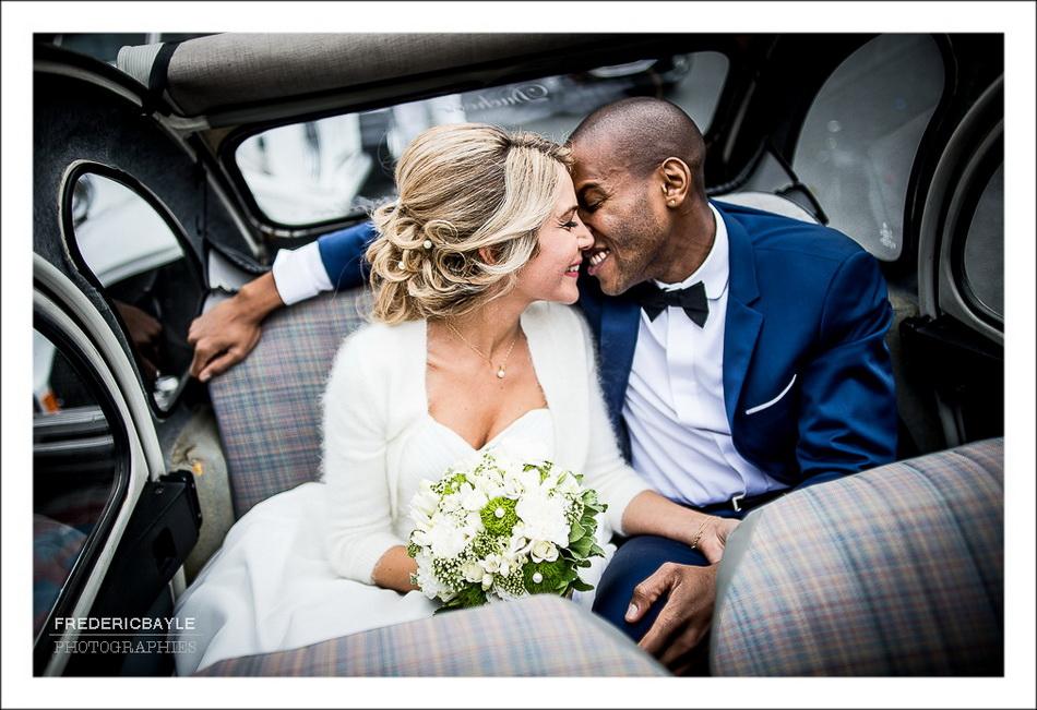 Baiser de mariage dans la voiture