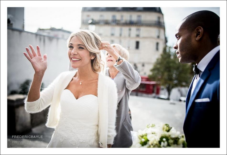 Les mariés saluent leurs familles avant la cérémonie religieuse du mariage