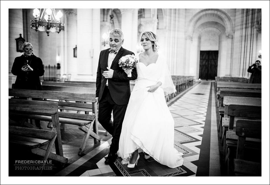 Entrée des mariés dans l'église de Belleville à Paris