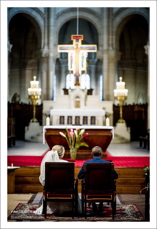 Plan de dos des mariés à l'église