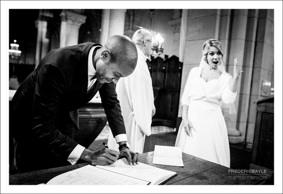 Signature des registres par les mariés à l'église