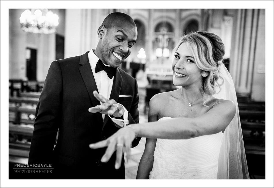 Les mariés montrent leurs alliances en souriant