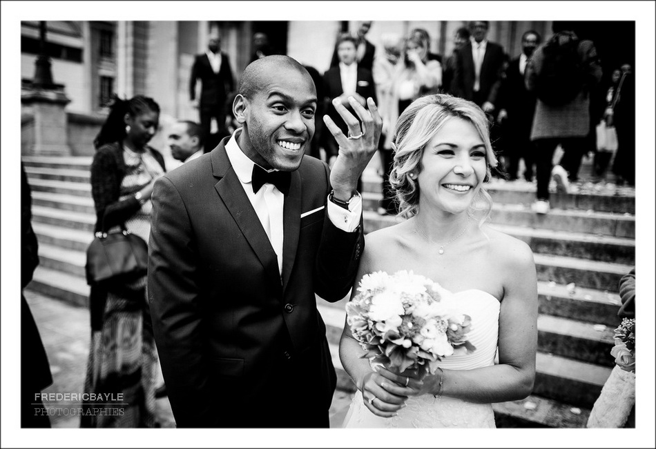 Plan rapproché des mariés devant l'église