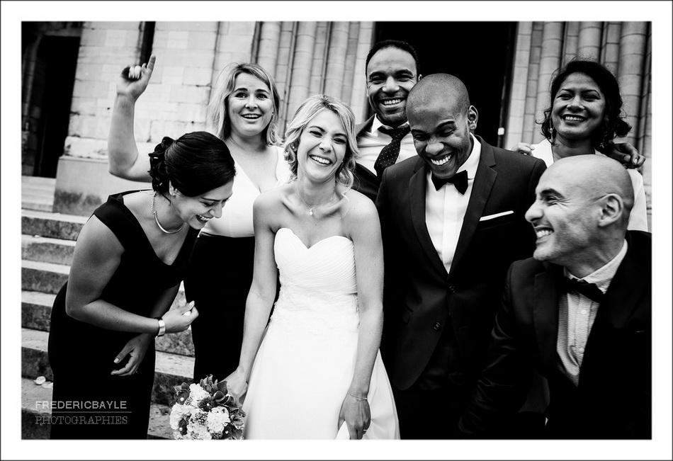 photos de groupe des mariés avec leurs amis