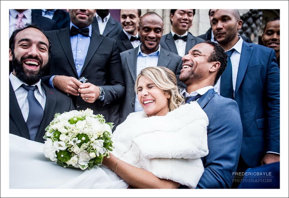 Les invités du mariage portent la mariée