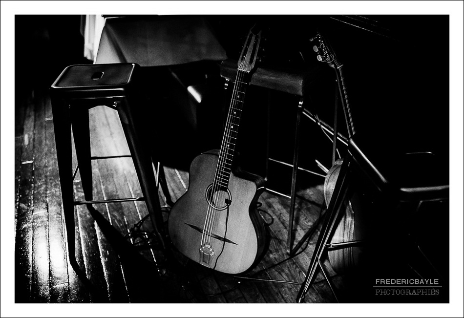 Fin du vin d'honneur, plan sur les gitarres des musiciens