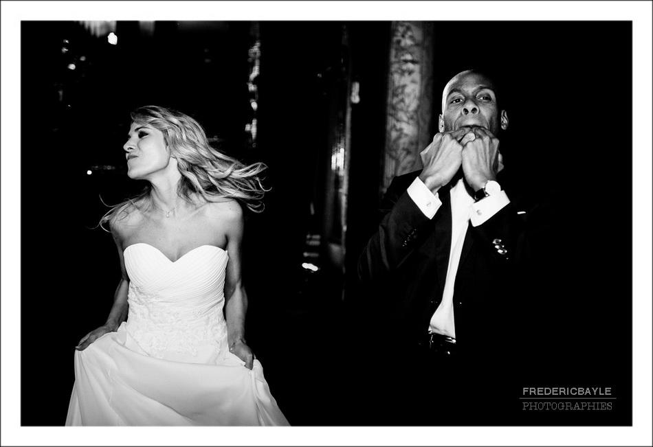Danse des mariés en entrant dans la salle de réception du mariage