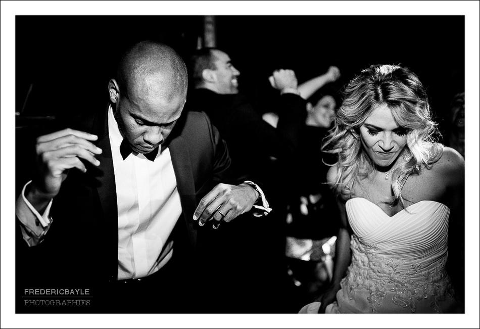 Les mariés s'amusent pendant la danse du mariage