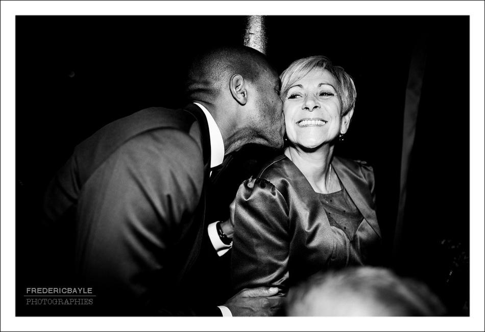Le marié embrasse sa belle-mère