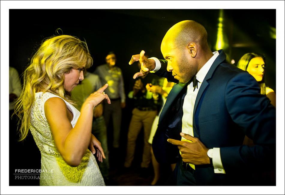 Danse des mariés pendant la réception du mariage