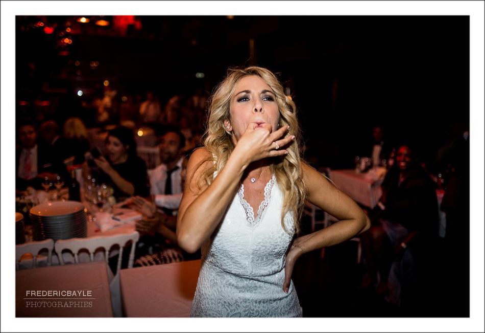 Arrivée de la pièce montée, la mariée siffle avec ses doigts pour appeler ses invités