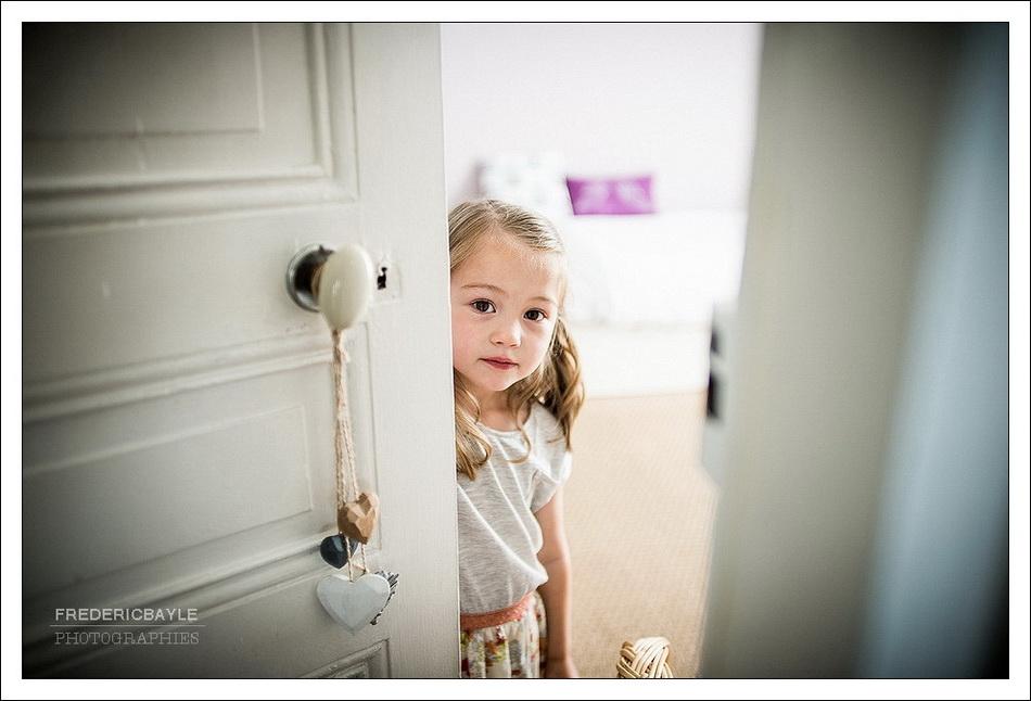 photos de petite fille ouvrant une porte
