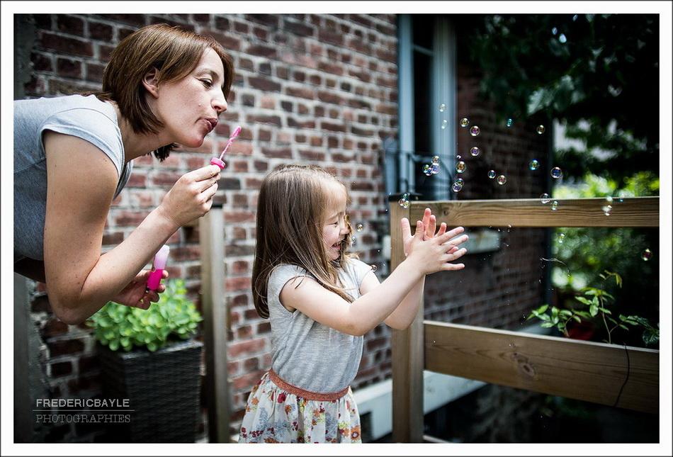 Salomé et sa maman faisant des bulles dans le jardin