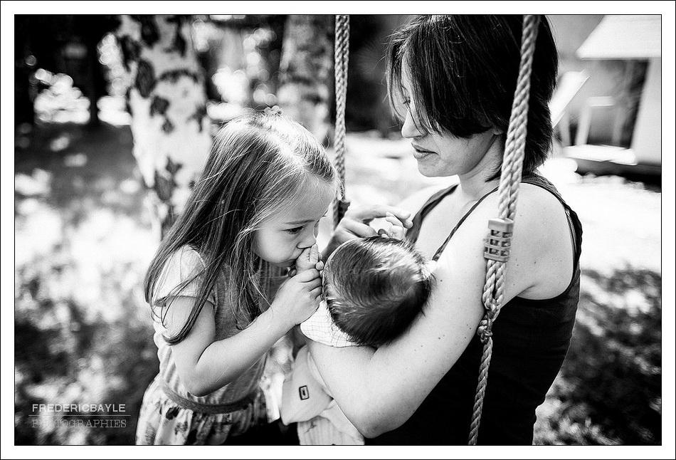 petite fille avec sa maman et bébé : photos de famille