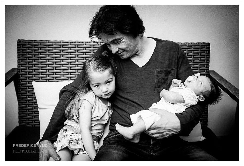 photographe de reportage famille : papa avec ses enfants
