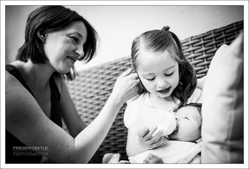 maman avec ses enfants en train de faire un calin