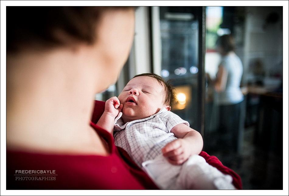 photographe bébé, le nouveau né dans les bras de papa