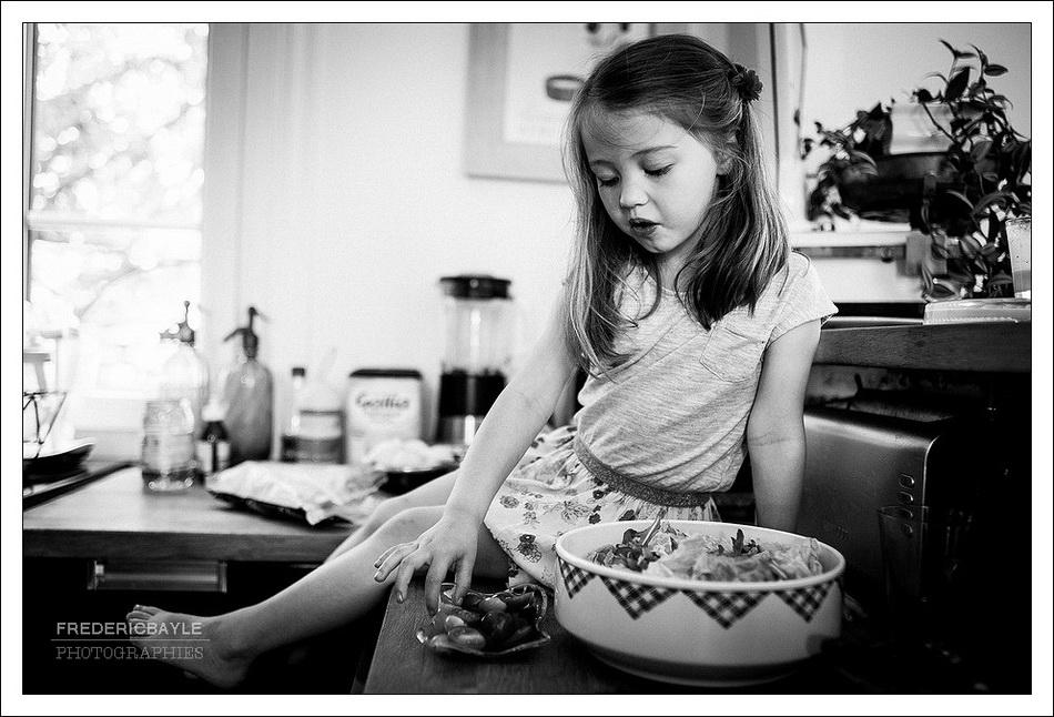 photographe de vie : petite fille dans la cuisine