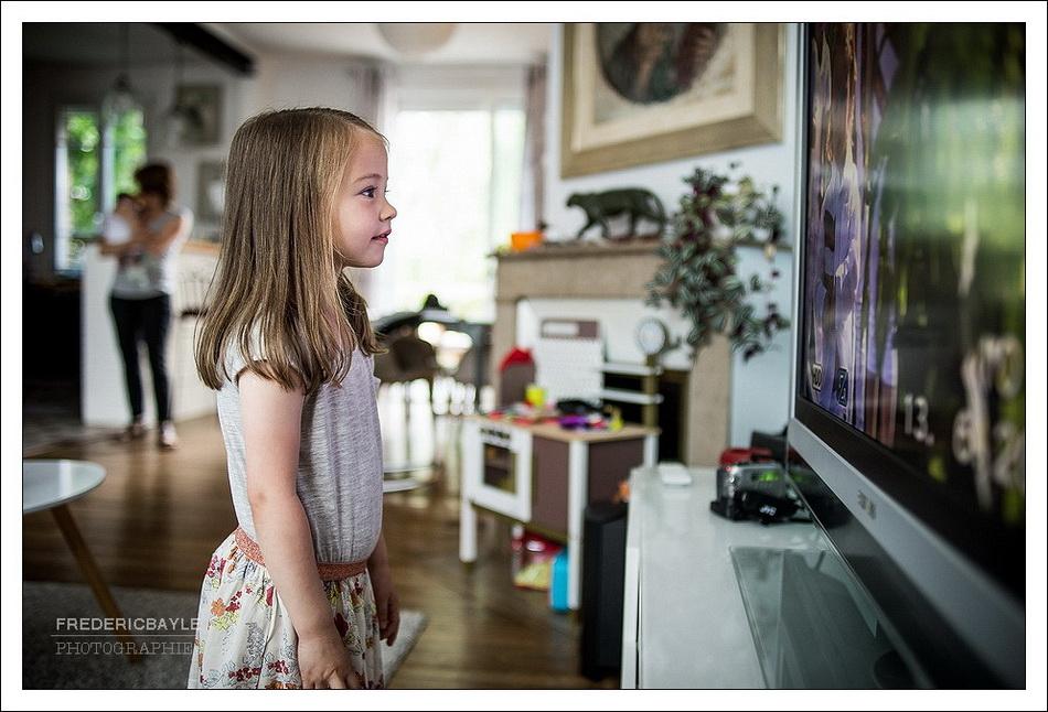 moment de repos en famille : portrait de petite fille