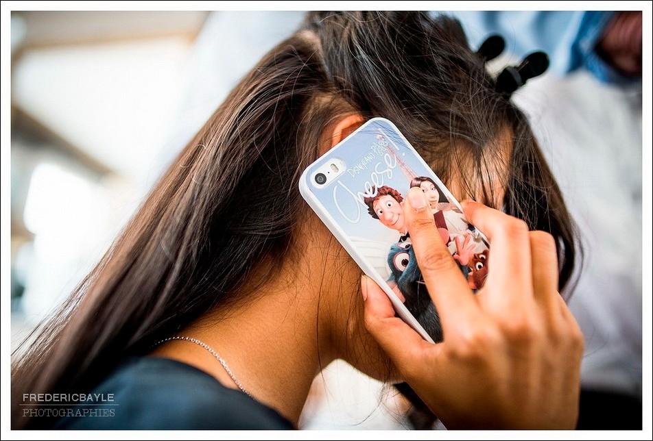 La mariée au téléphone avec son mari