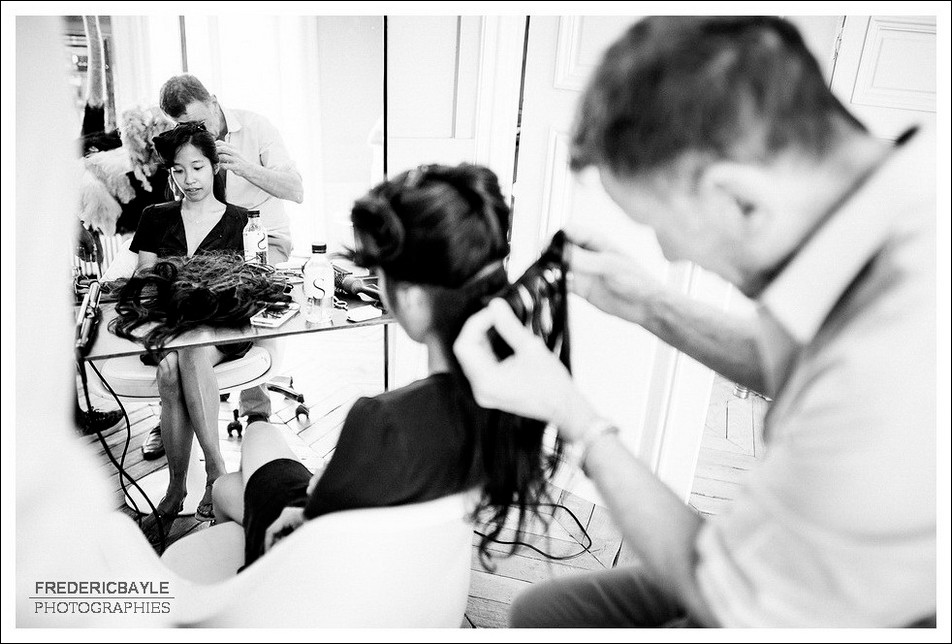 Pose de la coiffe par le coiffeur de mariage