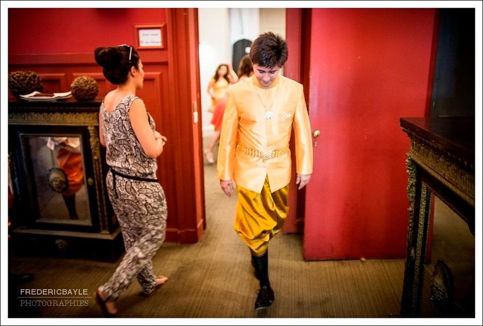 Le marié erjoint la salle du mariage