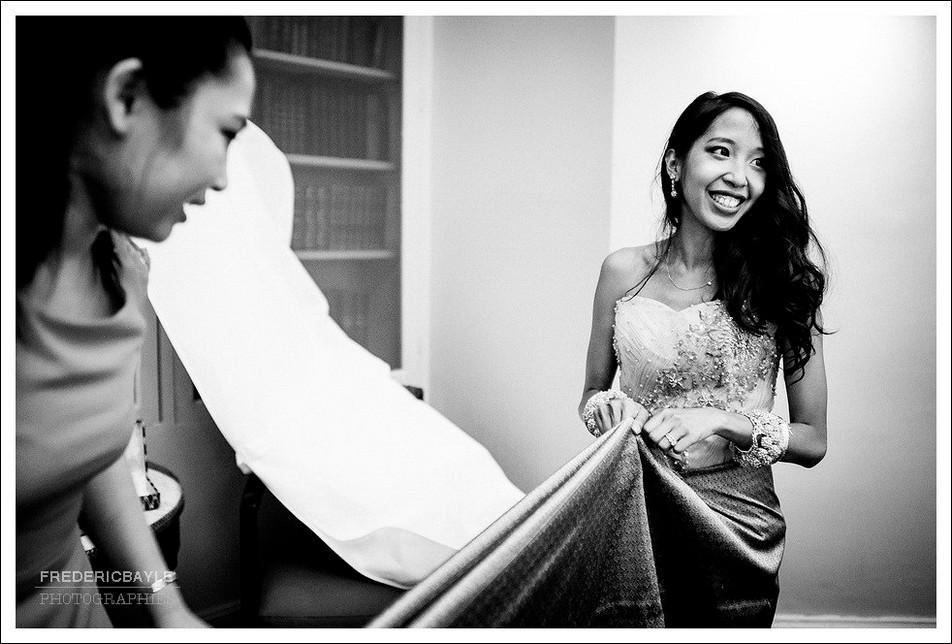 Finalisation de la préparation de la mariée pour la cérémonie traditionnelle cambodgienne