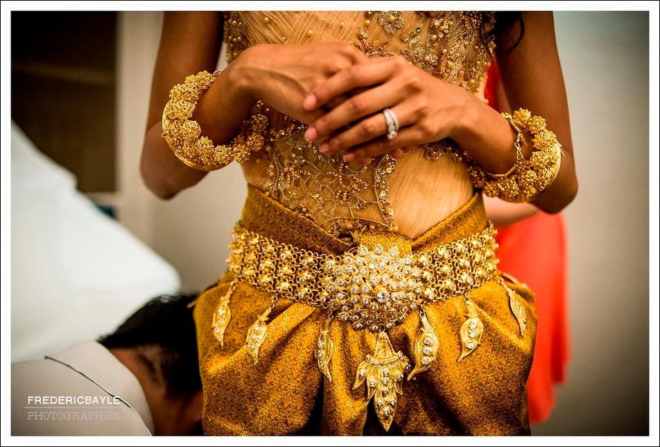 Gros plan sur les bijoux de la mariée