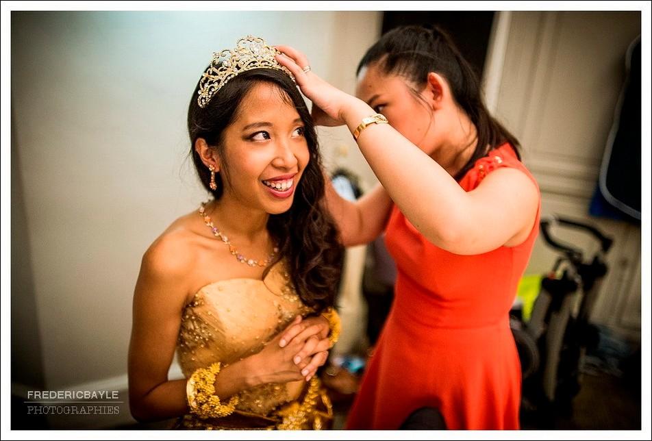 Pose du diadème sur la tête de la mariée