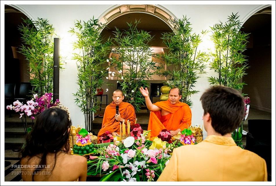 Les bonzes ouvrent la cérémonie cambodgienne