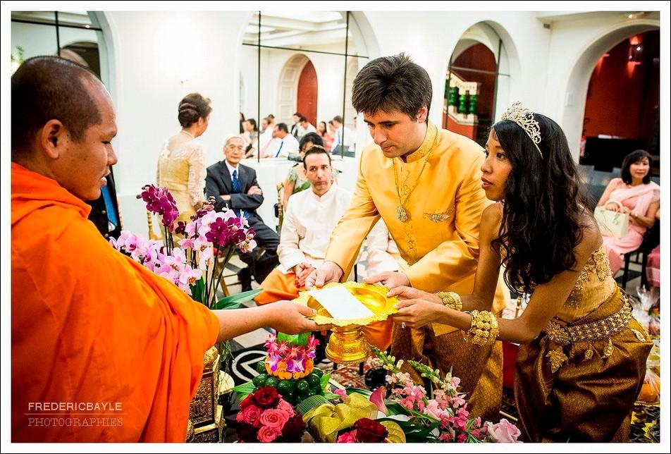 Les mariés remettent une enveloppe au bonze