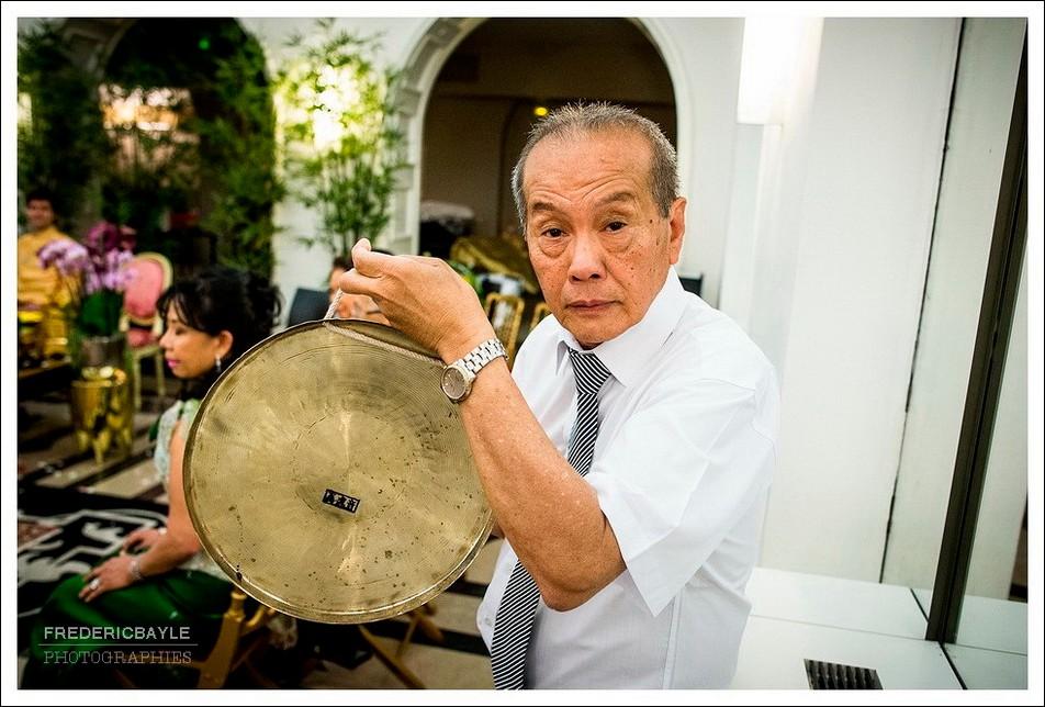 Le maître de cérémonie donne un coup de gong