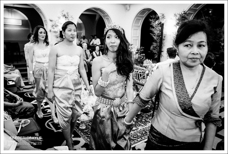 La mariée quitte la salle du mariage