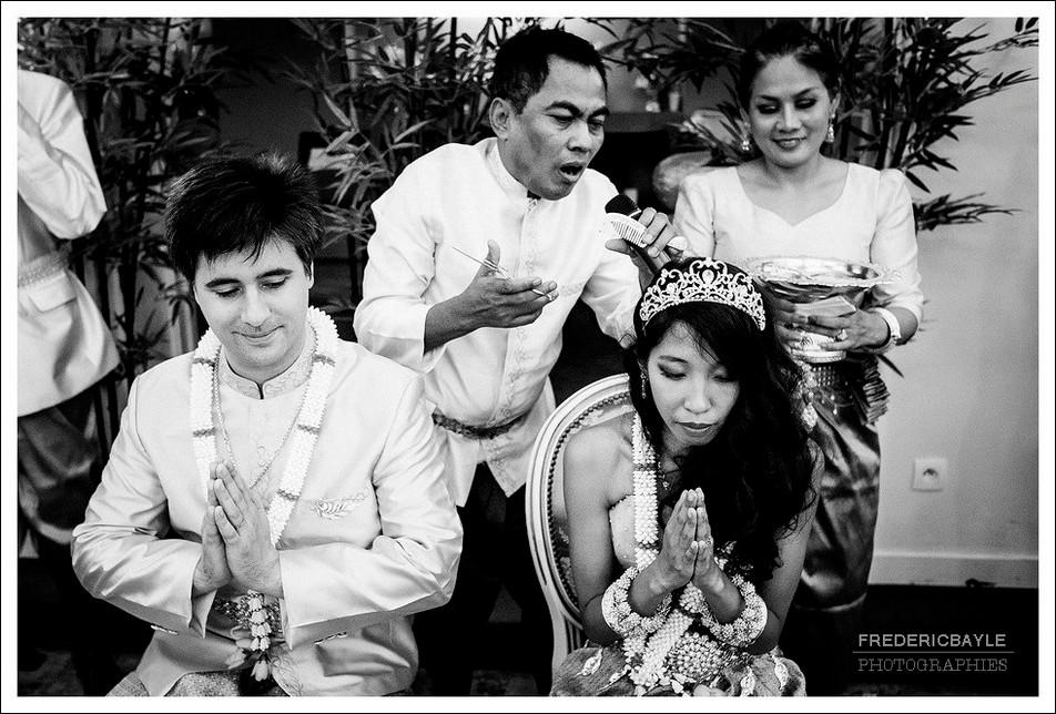 Le prédicateur harangue les mariés